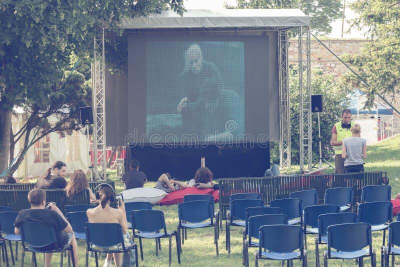 Ludzie ogląda film w plenerowym kinie 2 obraz stock