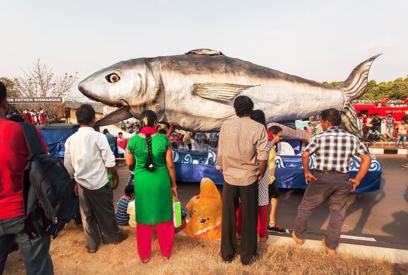 Ludzie ogląda rzeźbę rekin na poruszającej platformie popularny wiosny Goa karnawał obraz stock
