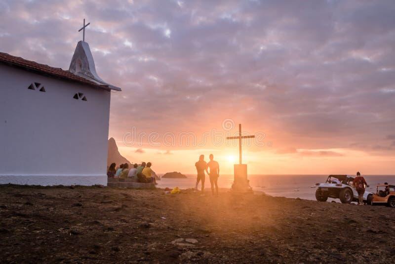 Ludzie ogląda zmierzch przy kaplicą Sao Pedro dos Pescadores, Fernando De Noronha -, Pernambuco, Brazylia obrazy stock