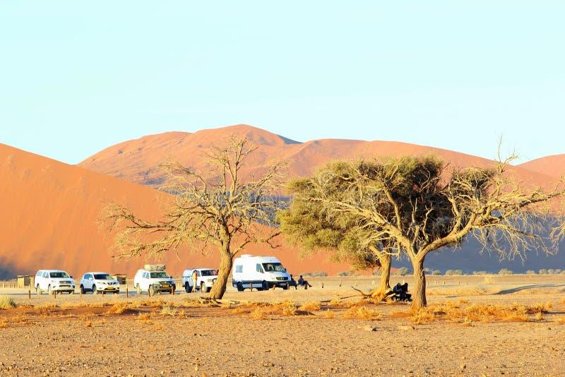 Ludzie ogląda zmierzch, Sossusvlei, Namibia zdjęcia stock