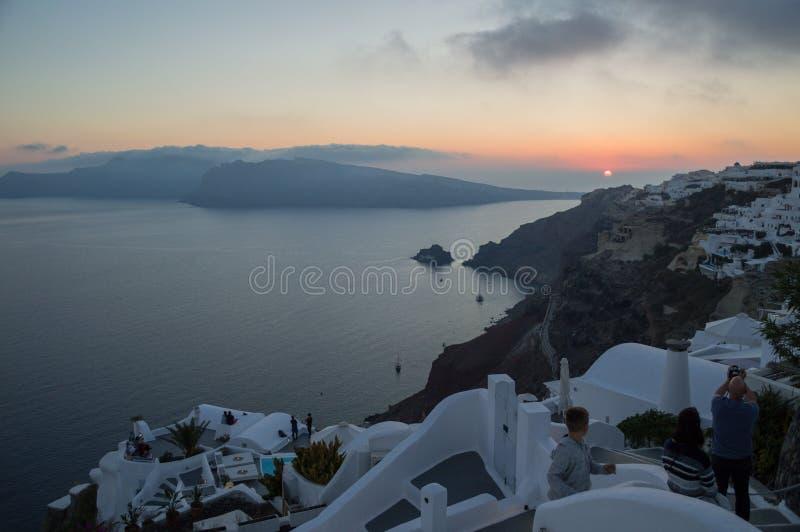 Ludzie Ogląda zmierzch z Dennym widokiem w Oia, Santorini, Cyclad fotografia stock