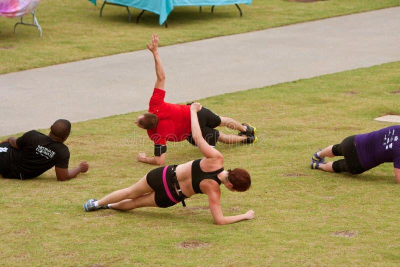 Ludzie Opracowywali Na trawie W sprawności fizycznej Boot Camp obrazy stock