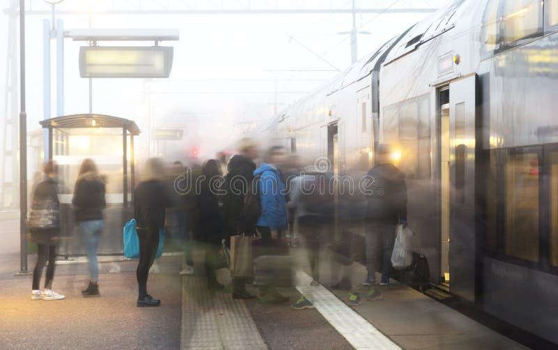 Ludzie opuszcza na pociągu zdjęcia royalty free