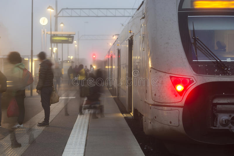 Ludzie opuszcza na pociągu fotografia stock