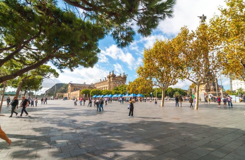 Ludzie outdoors, niektóre czekanie dla ich statku przychodzić w, w Ramba Del Mącący, Barcelona Światło słoneczne w nabrzeżnym Cat fotografia royalty free