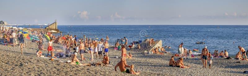 Ludzie pływań i sunbathe w Sochi Microdistrict Mamayka, Rosja obraz royalty free