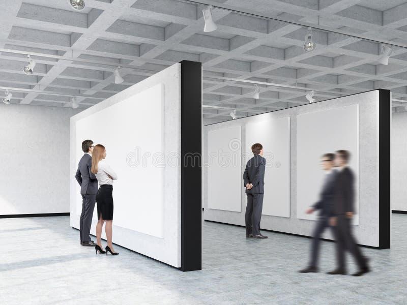 Ludzie patrzeje obrazki w galerii sztuki z ciekawym ceili royalty ilustracja
