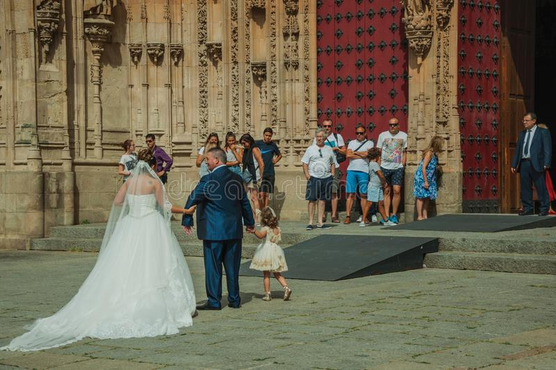 Ludzie patrzeje panny młodej wewnątrz stać na czele Nową katedrę przy Salamanca zdjęcie stock