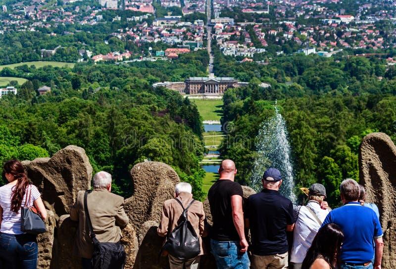 Ludzie patrzeje w dół przy Waterfeatures w kasztelu parku Wilhelmshöhe, Niemcy zdjęcia stock