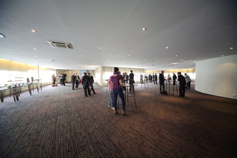 Ludzie piją kawę podczas przerwy na konferenci obrazy stock