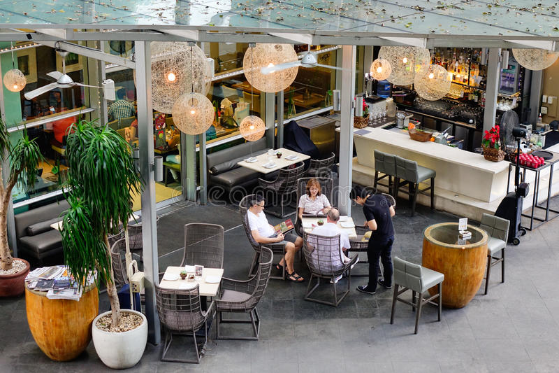 Ludzie piją kawę przy Makati w Manila, Filipiny zdjęcia stock