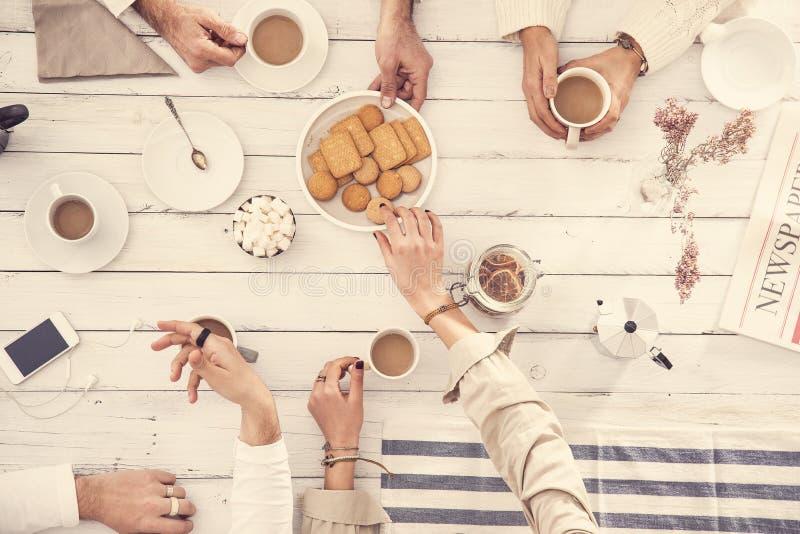 Ludzie pije kawowego pojęcie zdjęcia stock