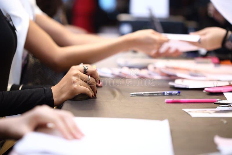 Ludzie piszą podaniowej formie i przedkładają dokument dla Akcydensowego wywiadu zdjęcia royalty free