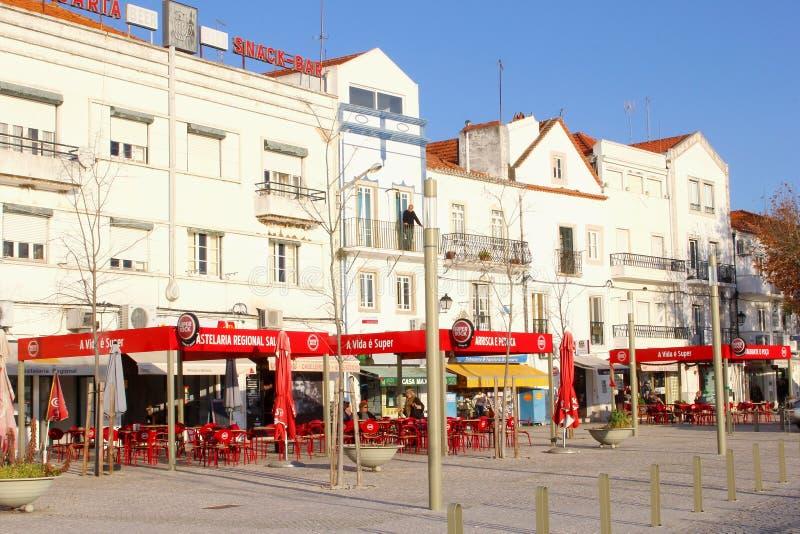 Ludzie plenerowych cukiernianych tarasów, Alcacer robią Sal, Portugalia zdjęcia royalty free