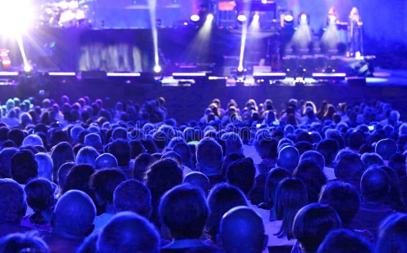 Ludzie podczas żywego koncerta fotografia stock