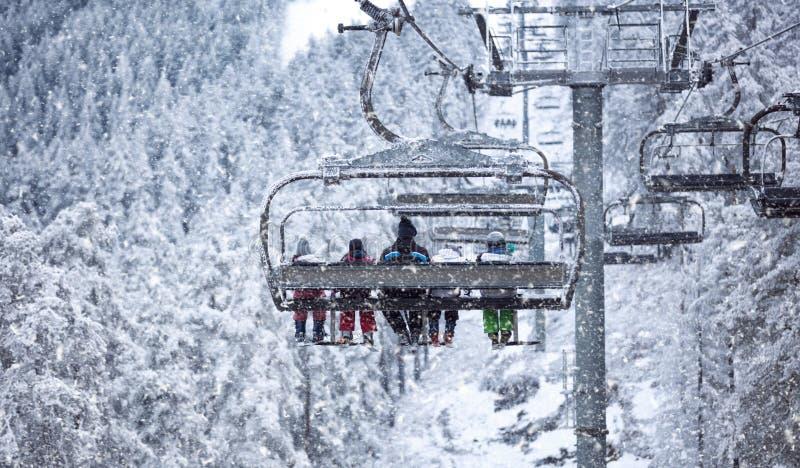 Ludzie podnoszą na dźwignięciu - narciarstwo w wysokich górach obraz royalty free