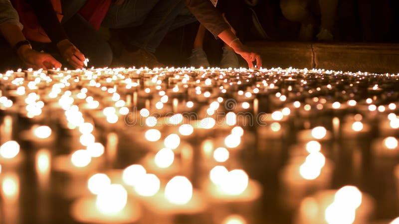Ludzie Podpala Up świeczki i Umieszcza Inni Ones zdjęcia stock