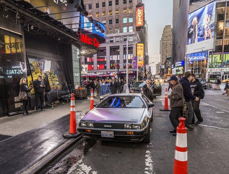Ludzie podziwiają sławnego oryginału amc chromu samochód od ekranowego b zdjęcia stock