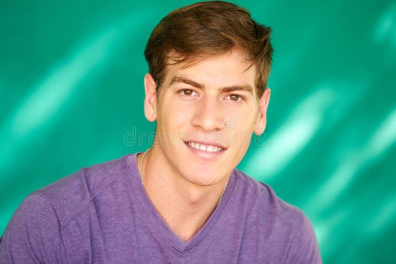 Ludzie portreta Młodego Latynoskiego mężczyzna ono Uśmiecha się Z Szczęśliwą twarzą zdjęcia royalty free