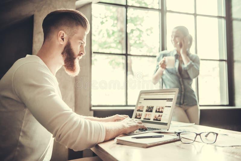 Ludzie pracuje w biurze fotografia stock