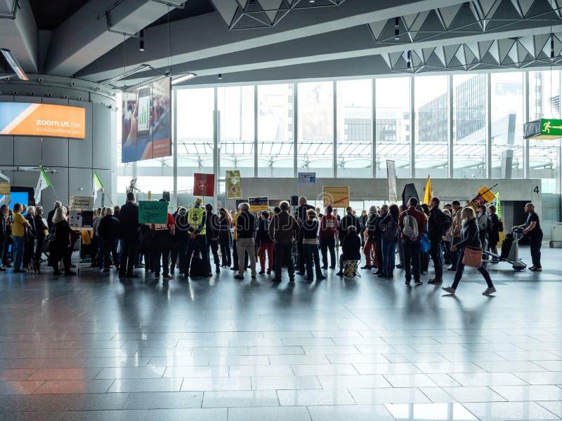 Ludzie protestuje przeciw budowie Śmiertelnie 3 Frankfurt obrazy royalty free