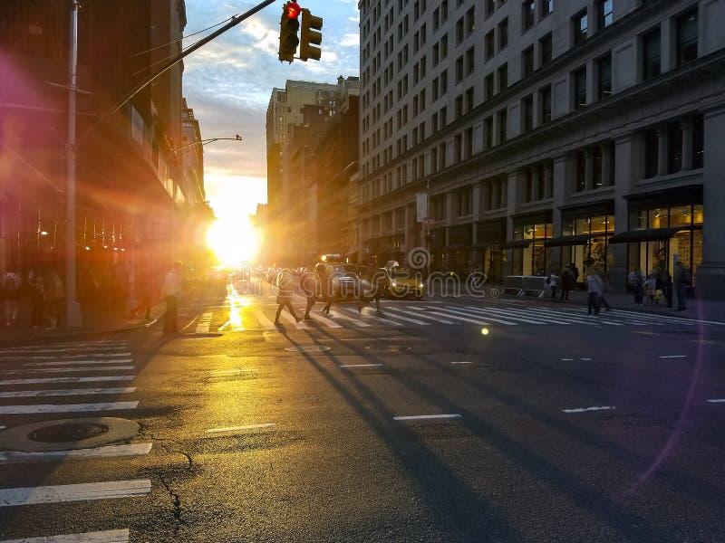 Ludzie przechodzą przez zajętą skrzyżowanie w Midtown Manhattan Nowy Jork obrazy royalty free