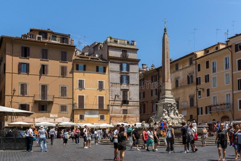 Ludzie przed fontanną przed panteonem w mieście Rzym, Włochy obraz royalty free