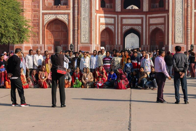Ludzie przed główną bramą Taj Mahal zdjęcie royalty free