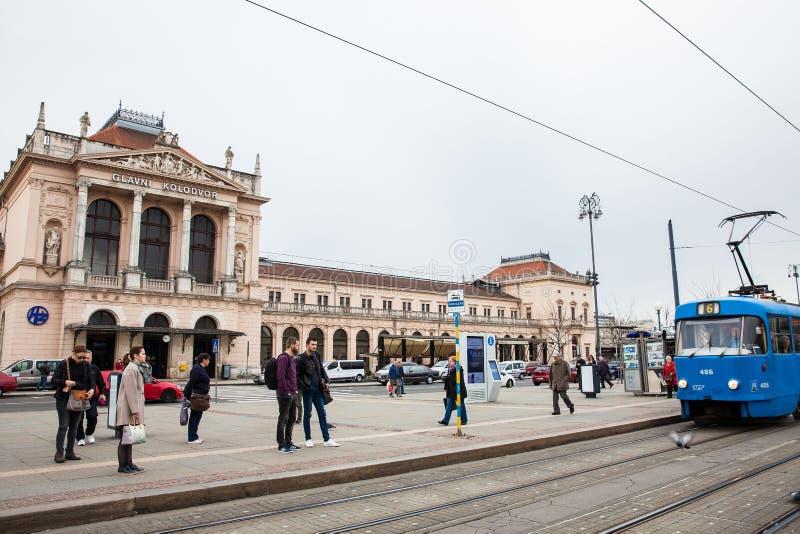 Ludzie przed Glavni kolodvor g??wna stacja kolejowa w Zagreb obrazy stock