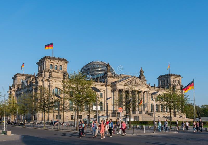 Ludzie przed Niemieckim parlamentem w mieście Berlin obraz royalty free