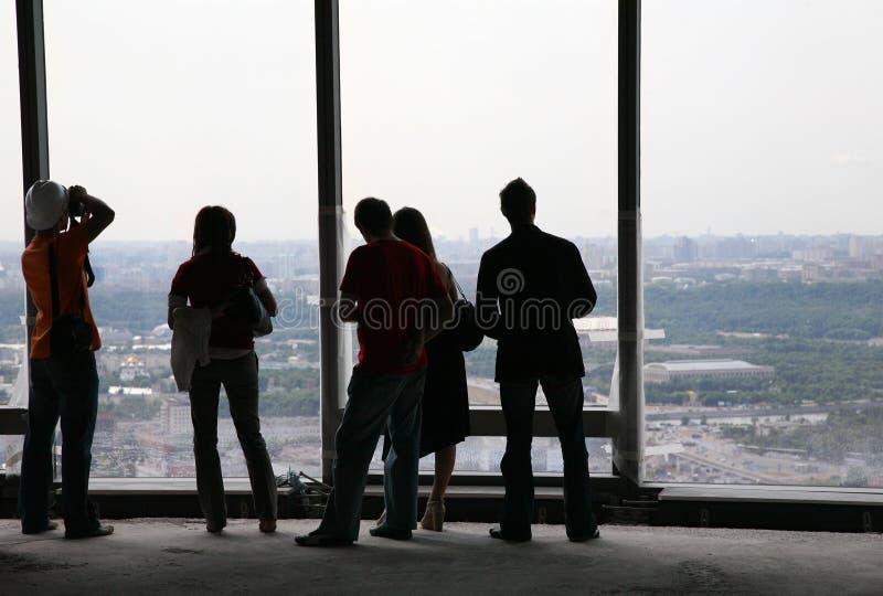 ludzie przed okno obraz stock