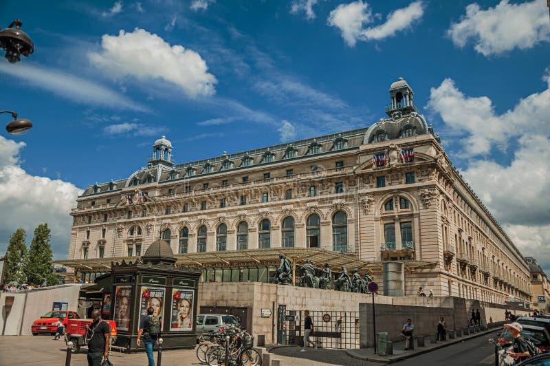 Ludzie przed Quai d ` Orsay Muzealną fasadą w Paryż zdjęcie royalty free