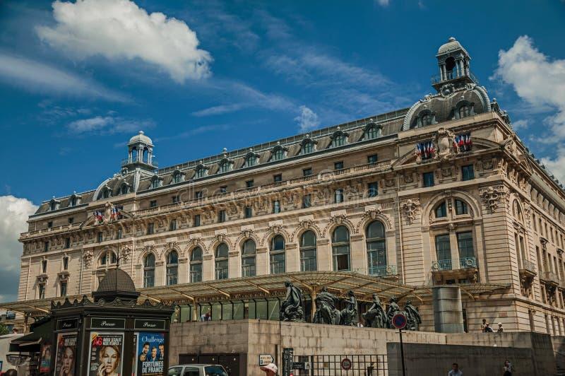 Ludzie przed Quai d'Orsay Muzealną fasadą w Paryż obrazy stock