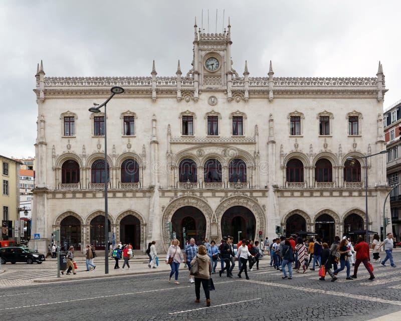 Ludzie przed Rossio dworcem w Lisbon, Portugalia zdjęcie royalty free