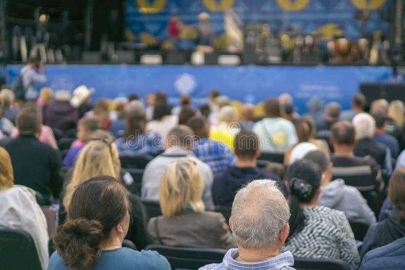 Ludzie przed sceną ludzie na koncercie Rozmycie zdjęcia royalty free