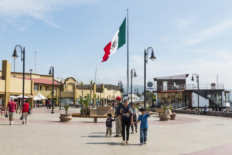 Ludzie przespacerowania na nabrzeża Boardwalk w Ensenada, Meksyk zdjęcia royalty free