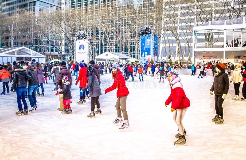 Ludzie przy łyżwiarskim lodowiskiem przy Bryant parkiem na Bożenarodzeniowym w centrum Manhattan, NYC, usa zdjęcia stock