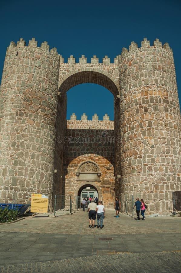 Ludzie przy Alcazar bramą między dwa górują przy Avila obraz stock