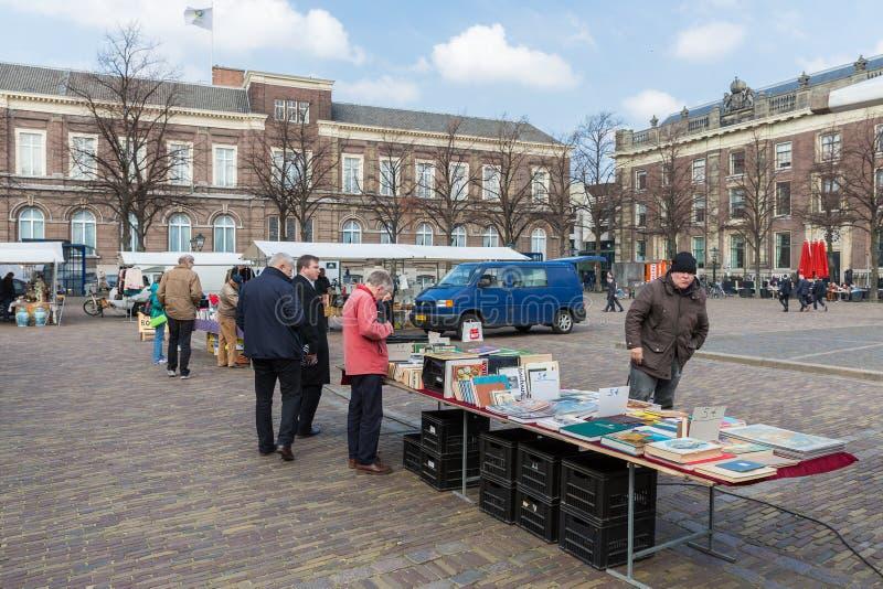 Ludzie przy bookmarket w Haga Netherlan fotografia stock