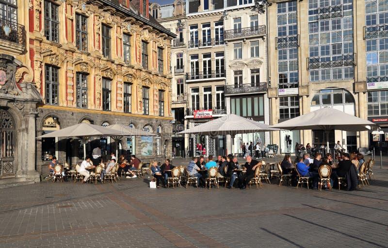Ludzie przy chodniczek restauracją w Lille, Francja zdjęcia stock
