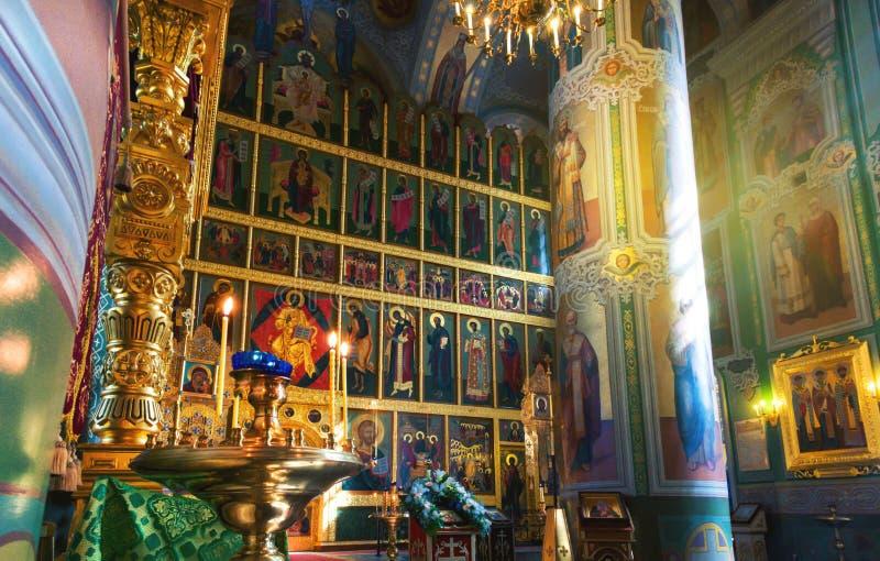 Ludzie przy dekorującym ołtarzem Annunciation katedra w Kremlin Kazan, Rosja fotografia stock