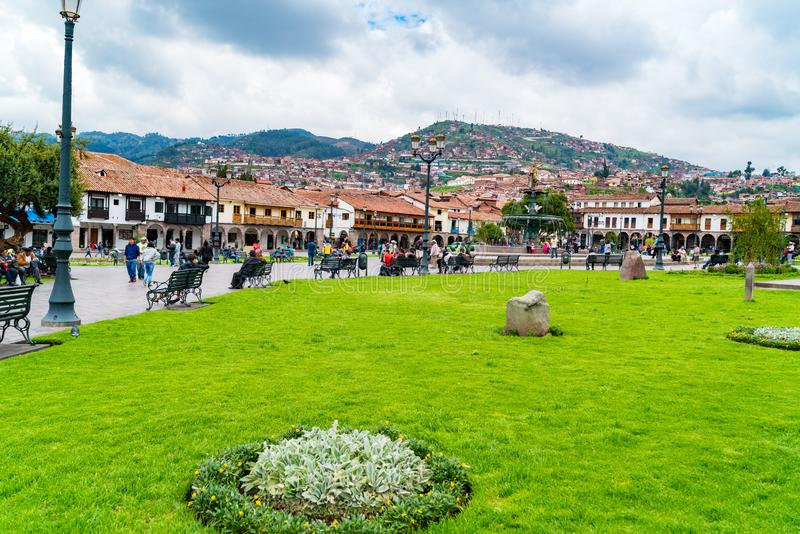 Ludzie przy głównym placem Plac De Armas z statuą Pachacuti i pejzażem miejskim Cusco w Peru fotografia royalty free