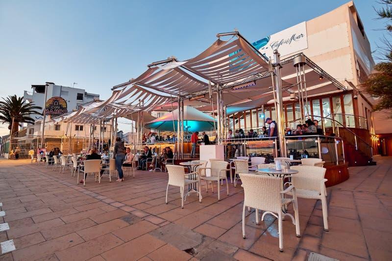 Ludzie przy Kawiarni Del Mącący kawiarnią przy zmierzchem Ibiza wyspa Hiszpania fotografia royalty free