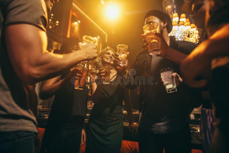 Ludzie przy klubem nocnym cieszy się z koktajlami zdjęcie stock