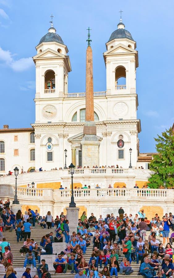 Ludzie przy kościół Trinita Monti i hiszpańszczyzna kroki Rzym fotografia royalty free