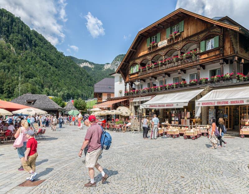 Ludzie przy kwadratem z restauracjami w Schonau blisko Berchtesgaden, Niemcy fotografia stock