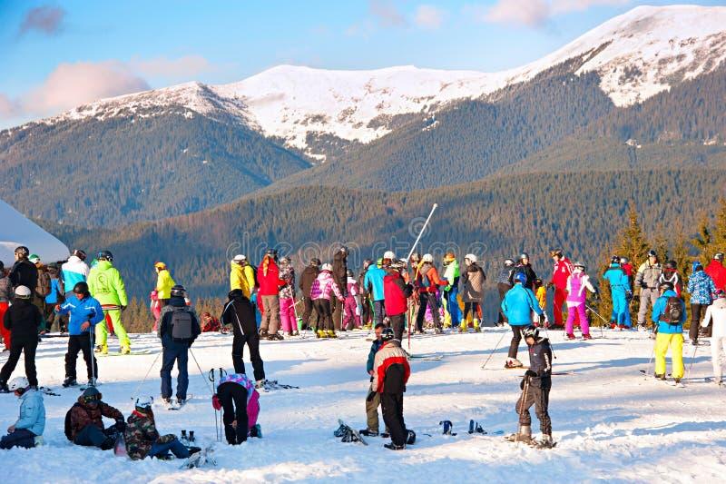 Ludzie przy ośrodkiem narciarskim zdjęcie stock