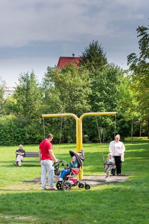 Ludzie przy parkiem zdjęcia stock
