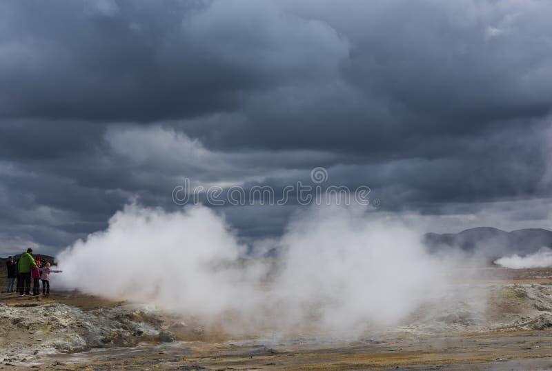 Ludzie przy parowymi jamami Geotermiczny Krajobrazowy Hverarond na Icelan obraz stock