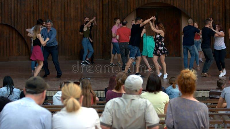 Ludzie przy plenerowym koncertem przy dnia czasem fotografia royalty free